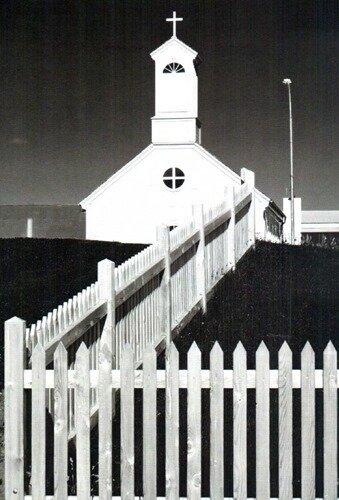 церковь с оградой из штакетника