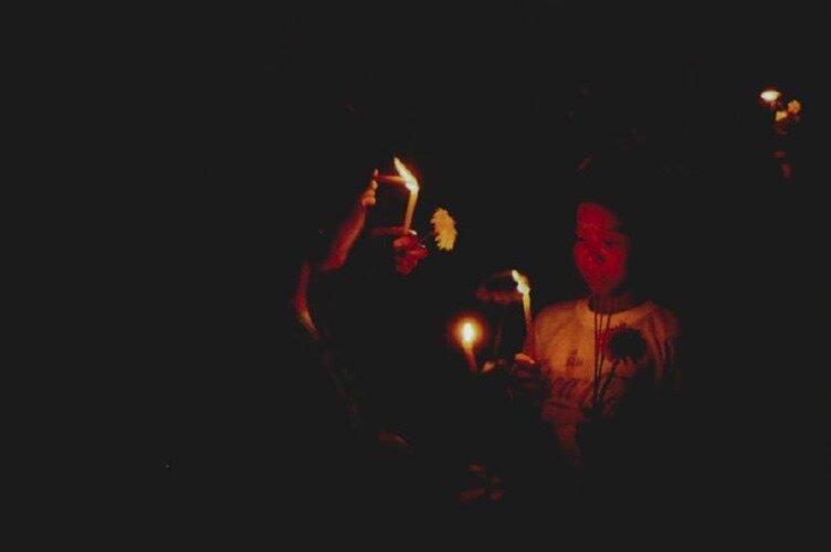 снимок вечерней буддистской церемонии